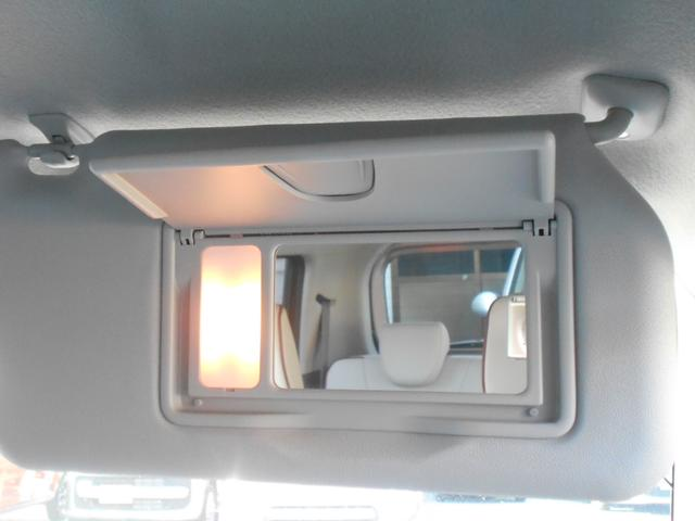 照明付のバニティ―ミラーを 運転席・助手席前に装備。車内で身だしなみチェックができます。