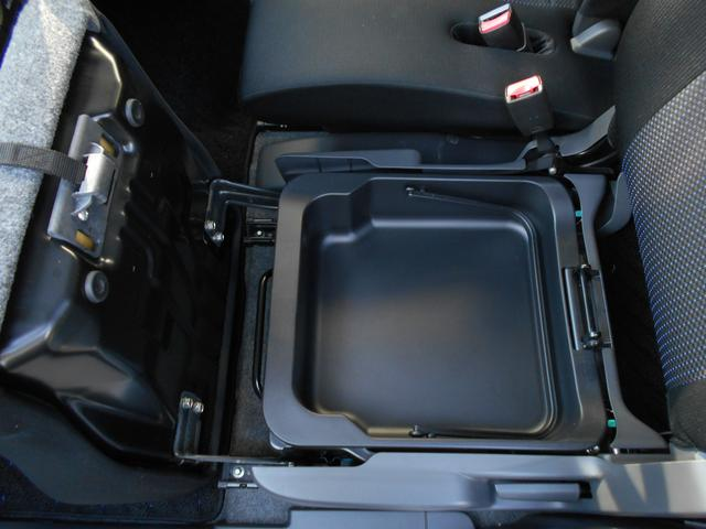 助手席シートの下にも収納ボックスがあり、取り出して丸ごと水洗いできます。