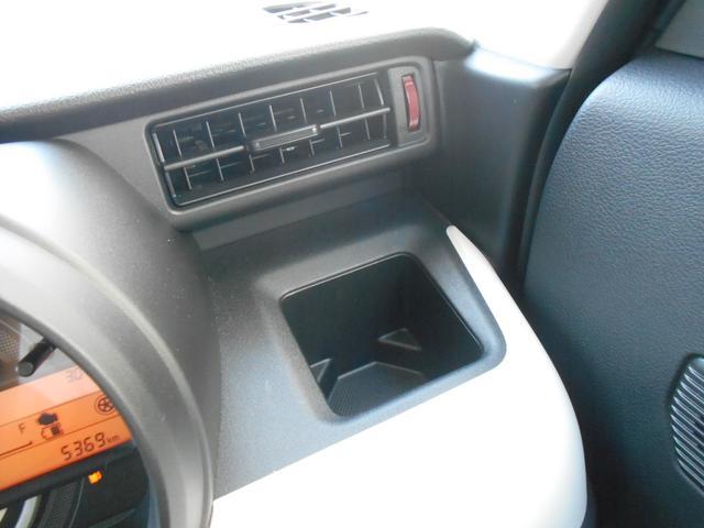 運転席のドリンクホルダーは500mlのパックも収まる四角くを採用!