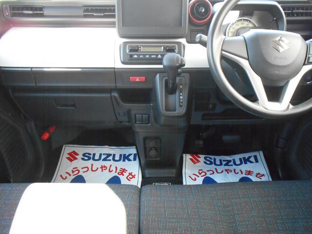 運転席・助手席の間にシフトレバーやハンドブレーキがないベンチシート式なので足元広々!