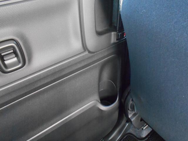 後部座席の方にも嬉しいドリンクホルダーがドアポケットにございます。