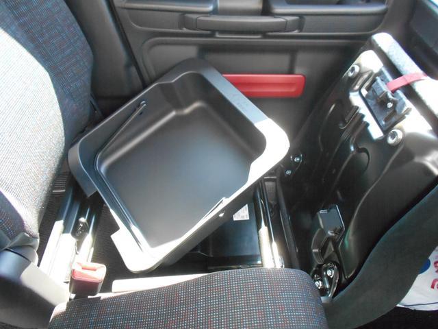 助手席の下は収納になっており使い方は様々!そのまま持ち運びもできます!