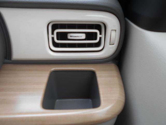 運転席側のインパネにドリンクホルダーは500mmの紙パックも置くことが可能です!