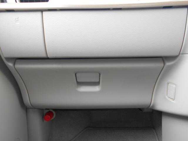 グローブボックスに車検証などを収納できるので便利ですね♪