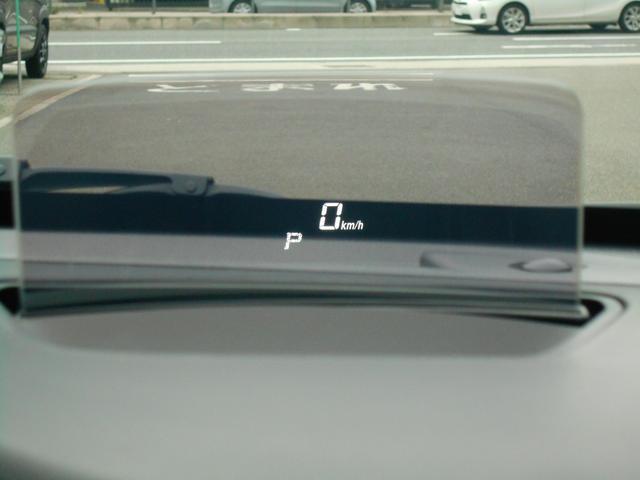 速度や警告など必要な情報を、目線を外さずに確認することができます。