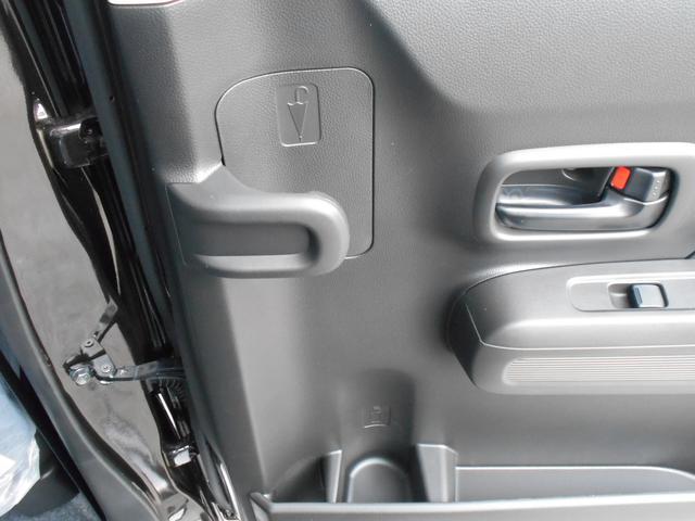 後席ドアの内側には便利なアンブレラホルダー付き!