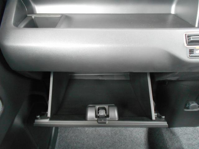 収納ボックスは車検証などを入れるのにピッタリのサイズです。