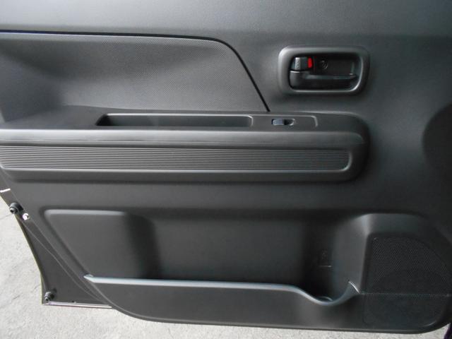 助手席ドア内側の下方にもドリンクホルダーなどがついてます。