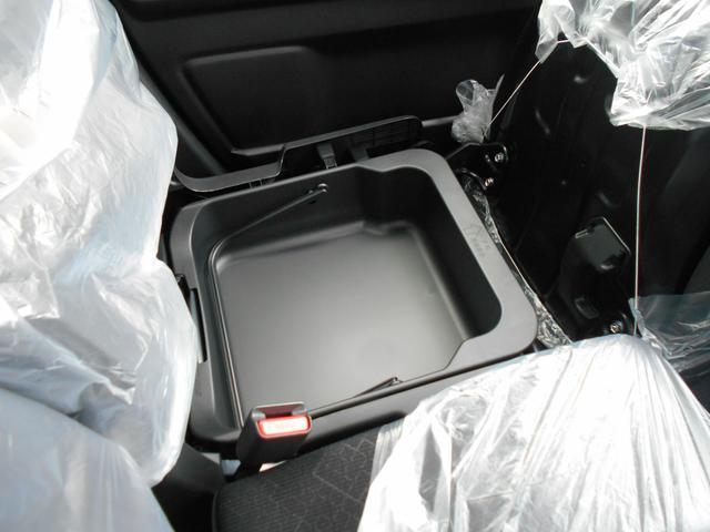 助手席下に取り外し可能のBOXがございます。靴を入れて汚れてもすぐに洗えるすぐれもの!!