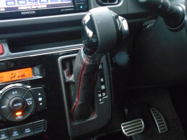 シフトレバーにもシートのサイドラインと同じ赤いステッチが施されています!