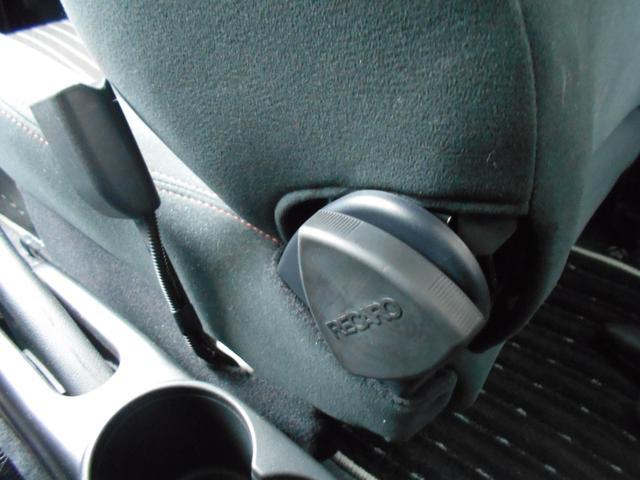 シートの横にあるRECAROのロゴ付きダイヤルを回せば、シートの角度を操作できます!