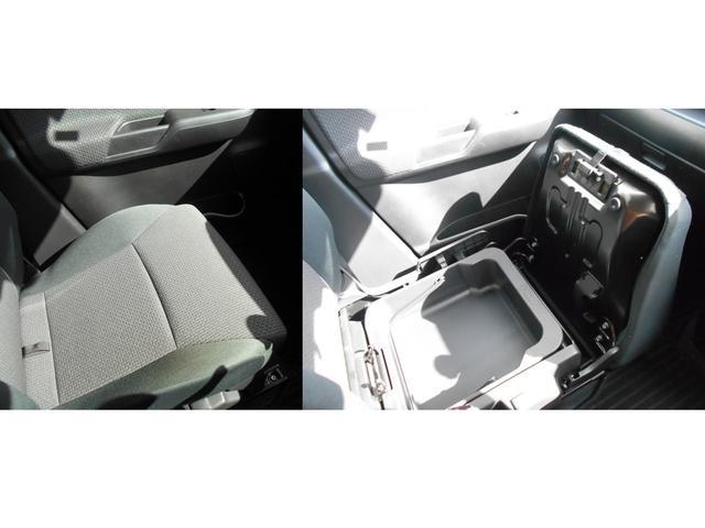 助手席の座面したにはアンダーボックスがあります!車検証を収納するとグローブボックスが広く使用できるのでオススメです♪
