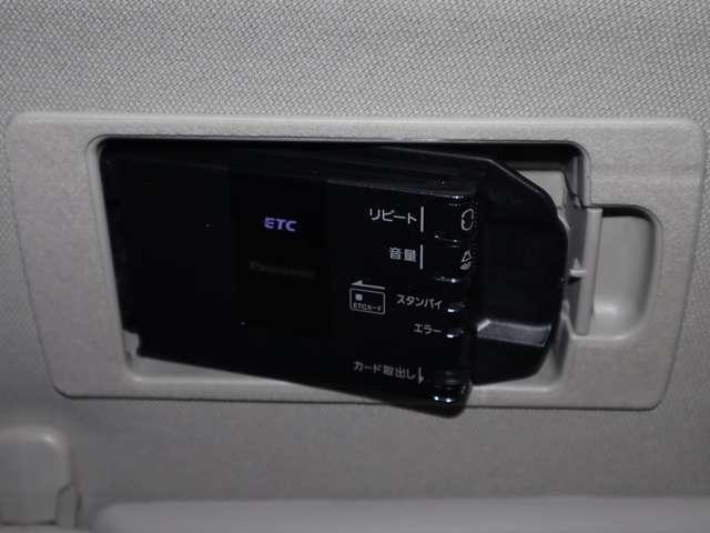 マツダ純正スマ-トインETC。運転席サンバイザーの後ろに隠れるように車載機を収納。1プッシュで車載機が斜めになりカードの出し入れが簡単にできます。