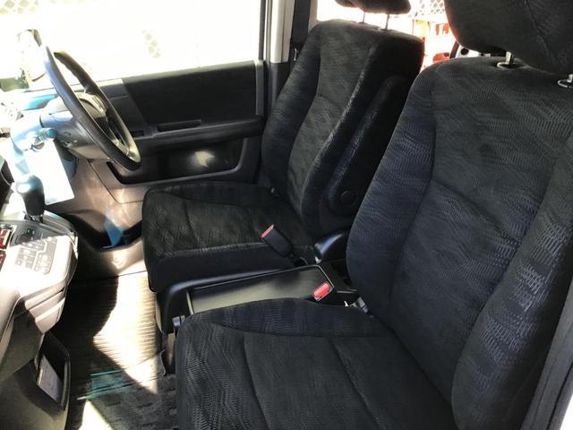 前席・後席供に内装もきれいな車です!ルームクリーニングも格安にて承ります!詳しくはスタッフまでお尋ねください!