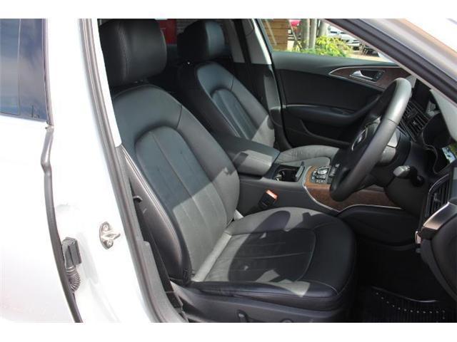 高級感のあるレザーシートは程よいホールド感があり、乗り心地が良く運転しやすいです!