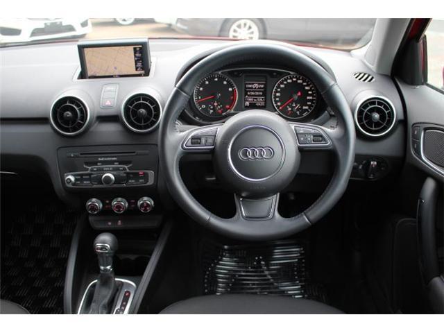革巻きステアリングが握りやすく、程よいグリップ感で運転しやすいです!
