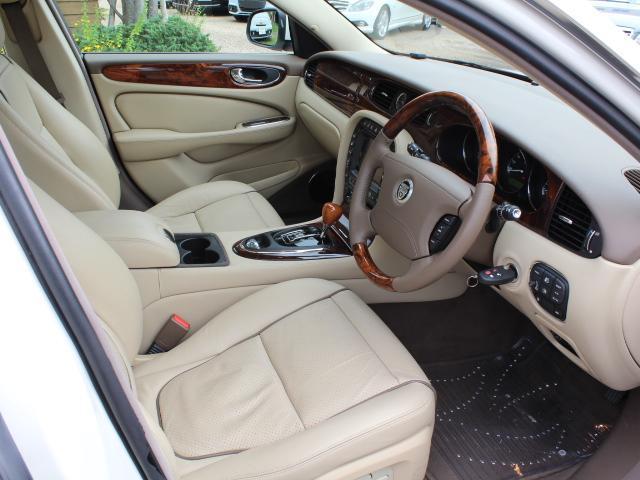 ベージュ革シートはとても座り心地が良く、快適に運転していただけます!