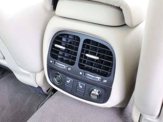 リアシートにもエアコンを装備しているので、後ろに乗られる方も快適です!