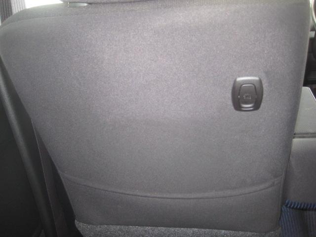 助手席の後ろ側です。フック付きで荷物を引っ掛けられます!