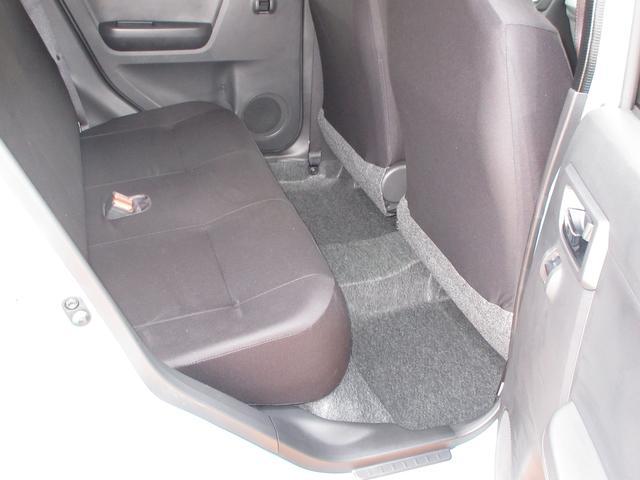 リヤ席のひざ前は大人がラクに座れるたっぷりとした広さで、ゆとりある空間となっております☆