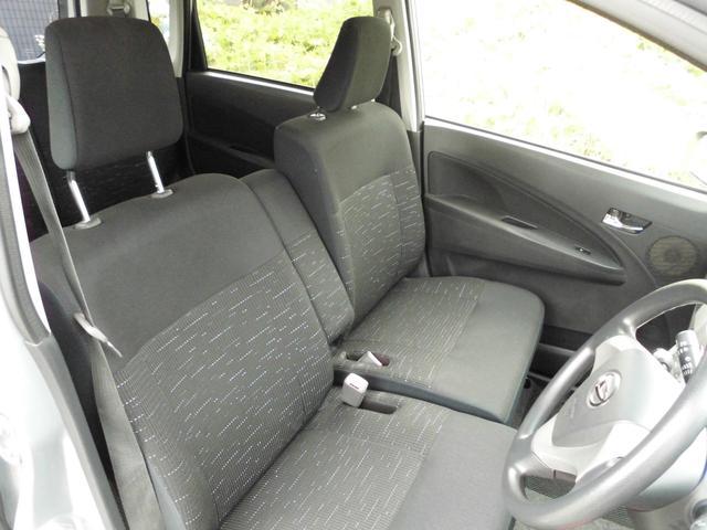 運転席も助手席も広いです。シートはブラック系で、綺麗ですよ!