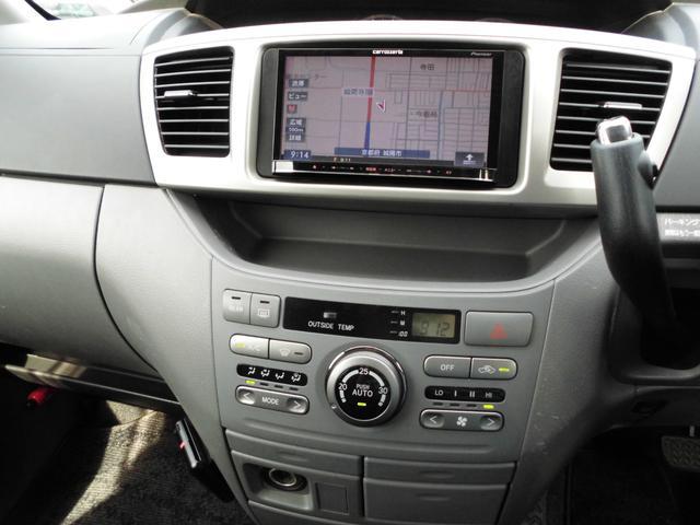 シフトはインパネシフト。オートエアコンのお車です。冷房、暖房よく効いています。リアクー付きのお車です。