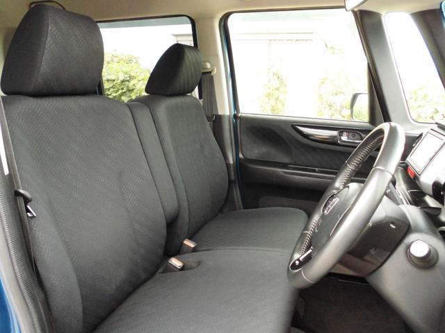 シートも内装もブラック色です。引き締まった印象ですね♪