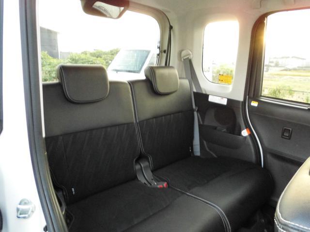 後部座席も広々しています。アレンジしやすい仕様です。足元には専用マットもついてます!
