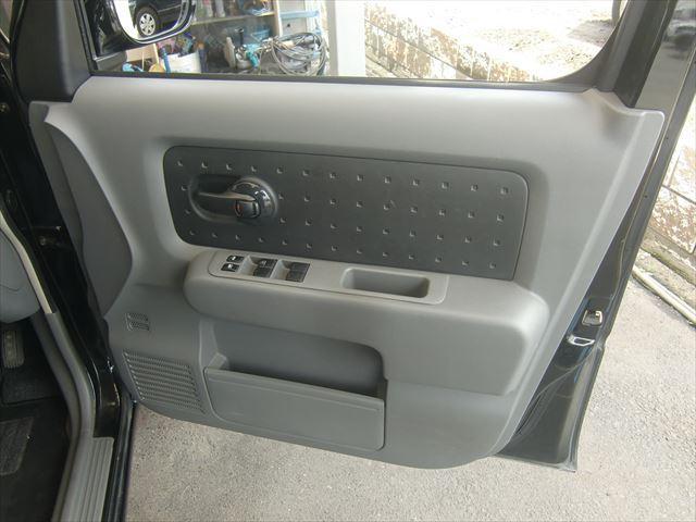 一番使用頻度の高い運転席の内貼りもキレイです。