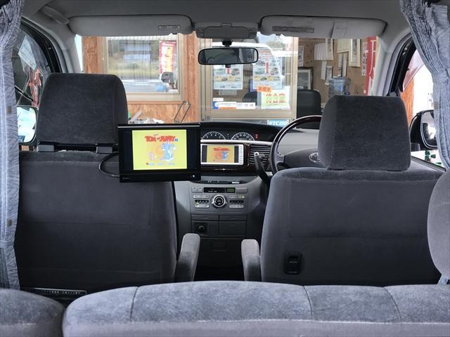 後席用のモニターも付いているので、リヤシートのお子さんも退屈しないですよ。