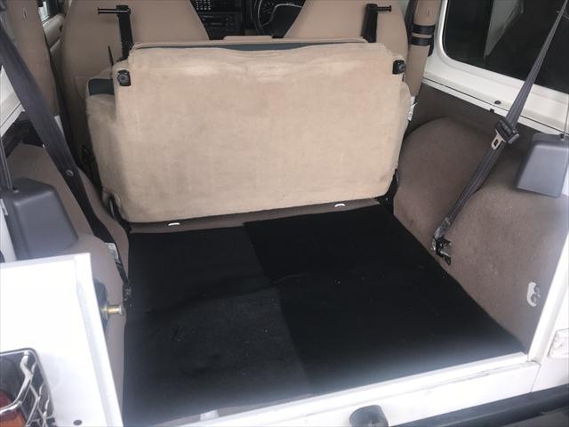 リヤシートを前方に倒せば大き目の荷物も積めます。