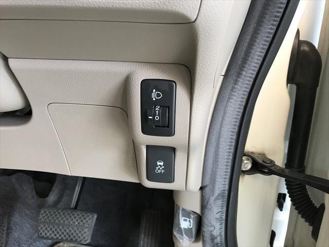 ヘッドライトの光軸調整と横滑り防止装置のスイッチ。