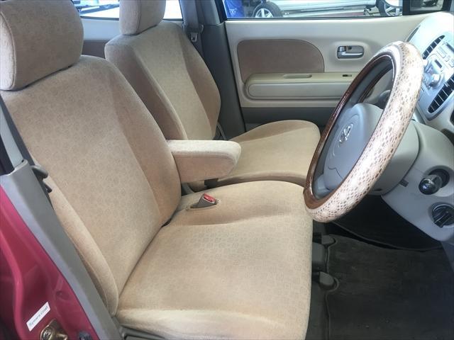 内装は薄汚れ程度です。シートに破れやすり切れ、禁煙車でしたのでタバコ焦げも有りません。