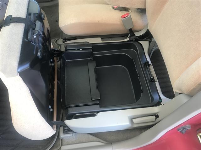 助手席のシートの座面の下には結構大きな物も入る大型の収納BOXがついています。これ結構重宝します。