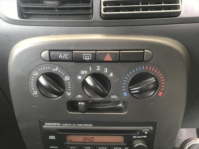 エアコンはマニュアルエアコンです。
