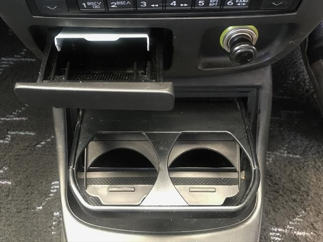 灰皿とドリンクホルダーです。禁煙車でしたので灰皿は未使用です。
