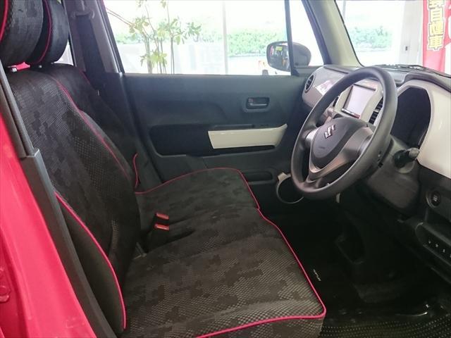 ブラックが基調のスポーティな内装ですが、シートのピンクのパイピングとホワイトパネルでかなりかわいいですよ。フロントシートにはシートヒーターも付いていまよ。