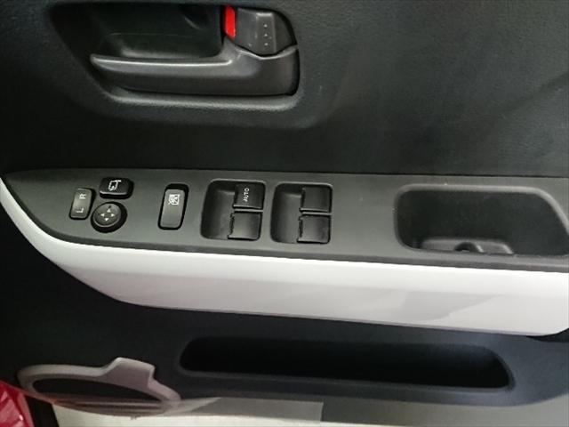 電動格納ドアミラーとパワーウィンドのスイッチです。ここにもホワイトパネルが使われています。