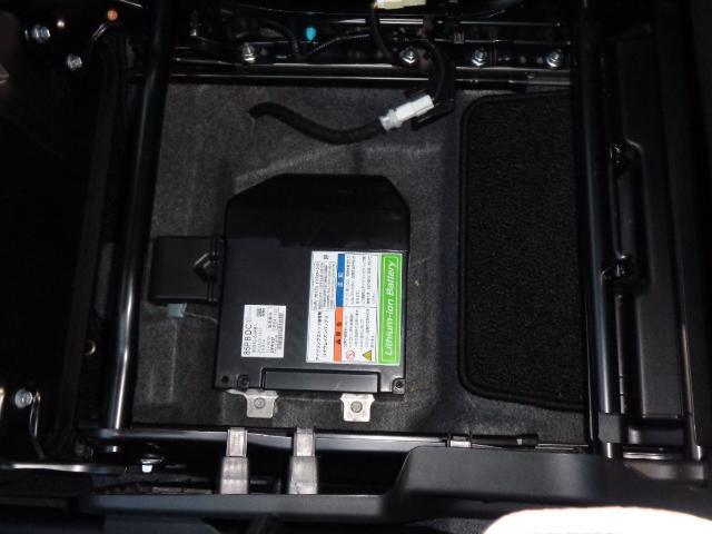 リチウムイオン電池も助手席下に配置