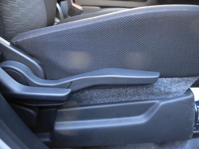 運転席のシートの高さ調節が可能です。小さいレバーはリクライニングです。