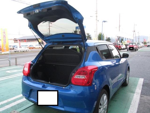 バックドアも大きく開くので、荷物も載せやすく!