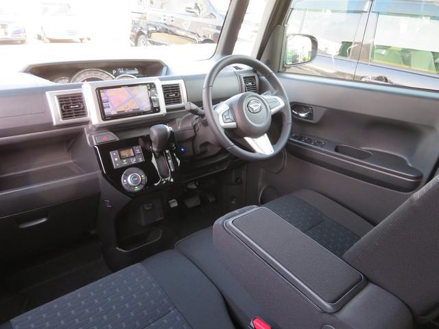 ■ウェイクの着座位置はタントより60mm高く、まさにミニバンと同レベルの視点です。前後のシートの足元の広々感と、この前方視界、さらに室内高1455mmという軽自動車では最大の室内空間です。