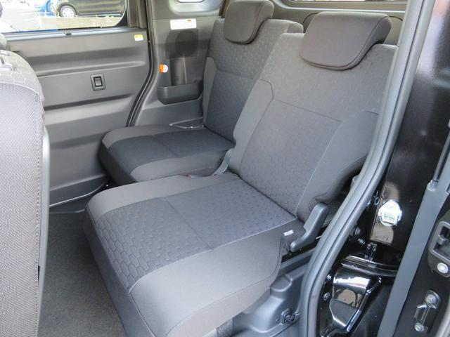 ■後席には左右独立式のスライド機能が備わり、チャイルドシートを装着した時は前に寄せると便利です。親子4名が乗車して、車内の後端には相応の荷室を確保できます。