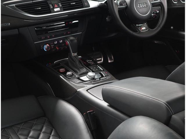 クオリティの高いシートを採用するのは、Audiのクルマづくりの哲学のひとつです。Sのロゴ入り専用設計のシートです。背中とお尻部分は高級なアルカンタラレザーのため滑りにくく、長距離運転の疲労を軽減します