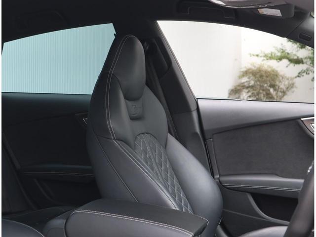 包み込まれるような感覚のレザーシートです。長時間運転の疲労を軽減します。