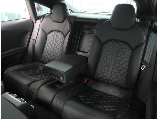 クオリティの高いシートを採用するのは、Audiのクルマづくりの哲学のひとつです。特に座り心地が重要です。体の大きなドイツ人が座っても頑丈な耐久性があります。。しかも肌触りも良く高級家具のようです。