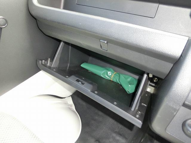 グローブボックス内に車載工具が入ってます。
