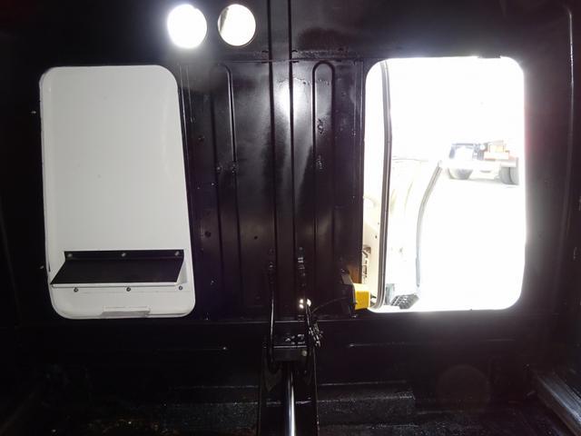 ▲排出板シリンダー:露出部サビ、オイル漏れ◎要修理◎ ▲プレスシリンダー(右外側):オイルにじみ中 ▲ホッパー裏側:汚水飛散防止ゴム一部割れ◎交換推奨◎