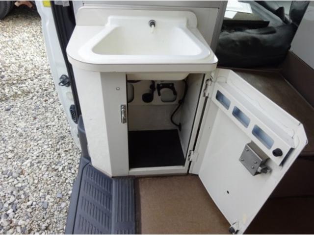 ◎平成23年式、トヨタ「救急車・ハイメディック」が入庫しました!今回はお問い合わせが非常に多い、「患者輸送車」仕上げを行いました!車両ルーフにある、赤色レンズ部分のカバーを付替え、白色へ塗装済!