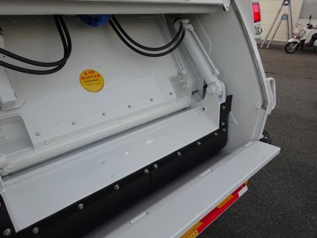 上物は新明和G-PX最新モデル、連続積込作動に、資源・一般ゴミの切替機能付!LED表示灯・作業灯が付いておりますので、早朝や夕刻・暗がりでの作業もOK!汚水タンクも付いていて運ぶものを選びません!